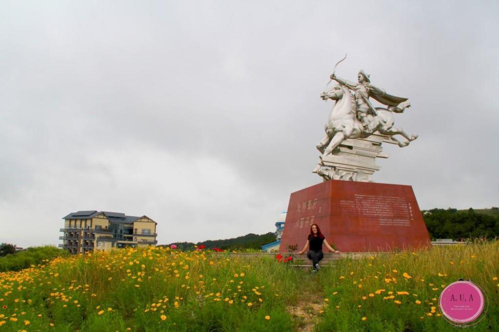 champs de fleurs jaune chine coline statue de guerrier