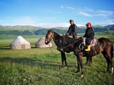Chevauchée dans les plaines du kazakhstan assy plateau