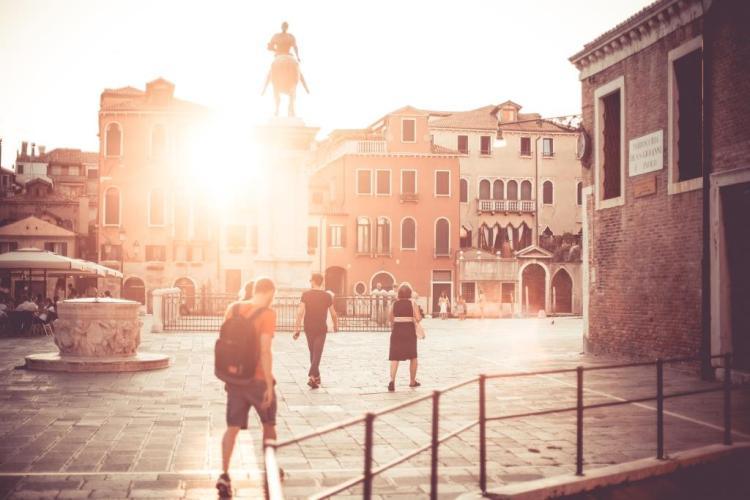 pourquoi les italiens voient les français et la France comme romantique, interview